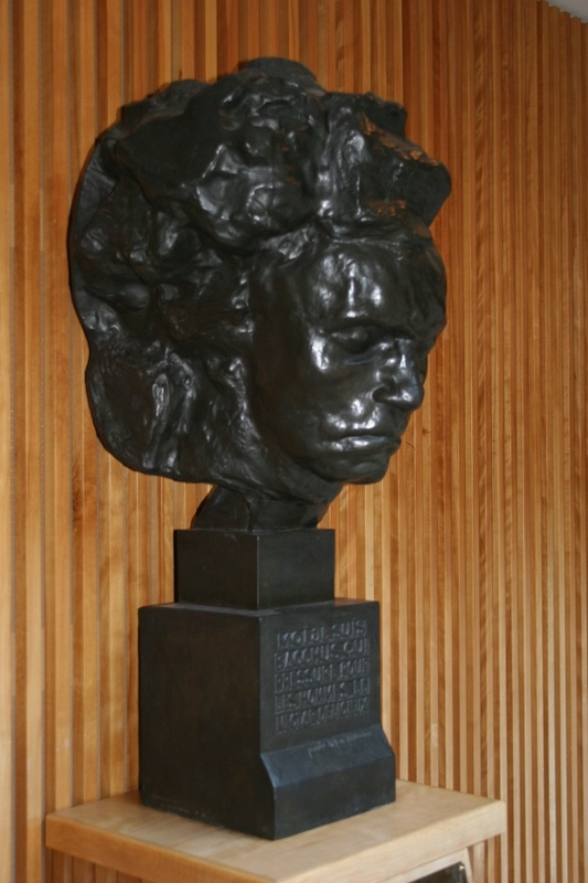 three-quarter view of Beethoven bust